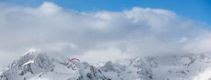 在山的滑翔伞 免版税库存图片