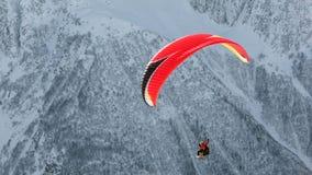 在山的滑翔伞 图库摄影
