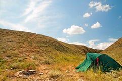 在山的绿色帐篷 库存图片
