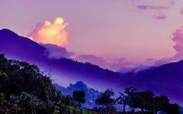在山的紫色早晨雾由云母在哥伦比亚 库存照片