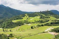 在山的绿色高尔夫球领域 免版税图库摄影