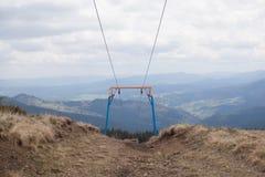 在山的滑雪电缆车 库存照片