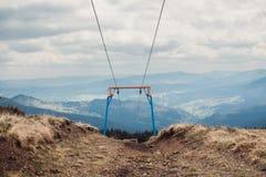 在山的滑雪电缆车 免版税库存照片