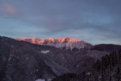 在山的Beautifull多云日出 图库摄影