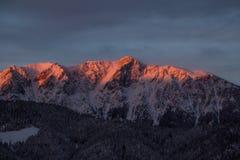 在山的Beautifull多云日出 免版税库存图片