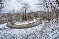 在山的S形曲线路在冬天雪风暴以后 免版税库存图片