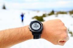 在山看秒表,活动m的冬天足迹的赛跑者 库存图片