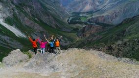 在山空中慢动作4k顶部的愉快的远足者 影视素材