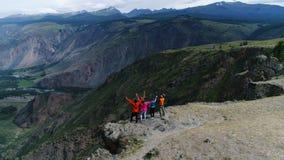 在山空中慢动作4k顶部的愉快的远足者 股票视频