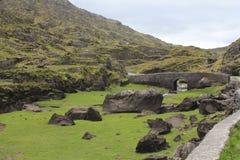 在山空白的爱尔兰石桥梁 免版税图库摄影
