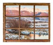 在山窗口视图的黄昏 免版税图库摄影