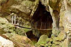 在山羊座洞的小木吊桥 库存照片