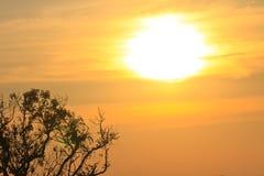 在山背景的日落 库存照片