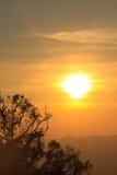在山背景的日落 免版税库存照片