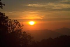 在山背景的日落 免版税库存图片