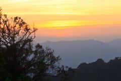 在山背景的日落 免版税图库摄影