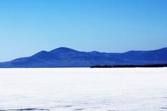 在山背景的贝加尔湖以下冰  免版税图库摄影