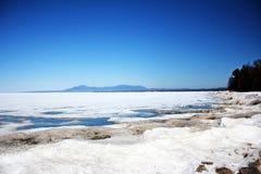 在山背景的贝加尔湖以下冰  图库摄影