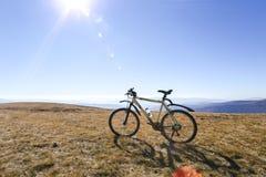 在山背景,登山车的摩托车,赛跑摩托车 免版税库存照片