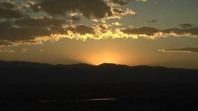 在山脉后的壮观的日落