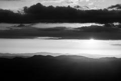 在山脉的日落在翁布里亚,当太阳下来在有些云彩后 免版税库存照片