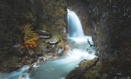 在山脉的狂放的瀑布 免版税库存图片