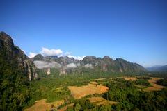在山脉的看法与在山谷的早晨雾 免版税库存图片