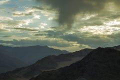 在山脉的美丽的雨天空 免版税库存图片