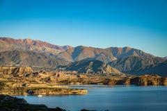 在山脉de洛斯安第斯-门多萨省,阿根廷附近的Embalse Potrerillos水坝 免版税库存图片