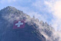 在山腰的瑞士旗子 免版税库存照片