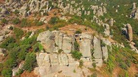在山腰的自然石雕象 鸟` s眼睛视图 股票视频