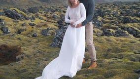 在山自然中的年轻夫妇容忍 影视素材