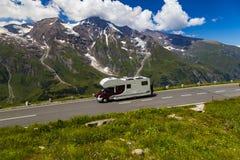 在山蛇纹石的拖车 高山grossglockner公路 免版税库存图片