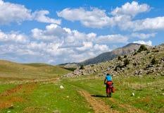 在山蛇纹石的骑自行车者骑马在土耳其 免版税库存照片
