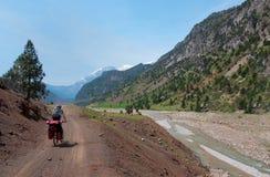 在山蛇纹石的骑自行车者骑马在土耳其 库存照片