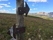 在山行迹的方向箭头 免版税库存照片