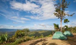 在山设定的两个帐篷 库存图片