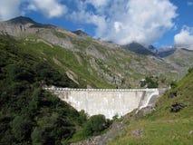 在山谷的一个水坝 免版税库存照片