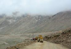 在山路的压路机在北印度 图库摄影