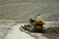 在山路的压路机在北印度 库存图片