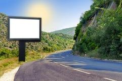 在山路的大空白的黑广告牌 库存图片