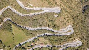 在山路的寄生虫鸟瞰图上下在从嫩布罗村庄的意大利向塞尔维诺 库存图片