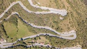在山路的寄生虫鸟瞰图上下在从嫩布罗村庄的意大利向塞尔维诺 免版税库存照片
