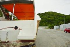 在山路的小船 免版税库存照片