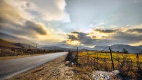 在山路的日落 库存图片