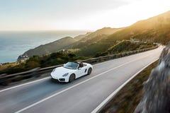 在山路的白色汽车有速度迷离的 库存照片