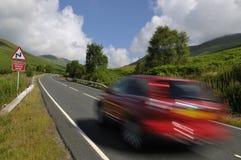 在山路的红色汽车 免版税库存图片