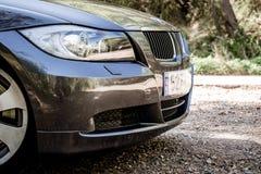 在山路的BMW 3系列E90 330i闪耀的石墨 库存图片