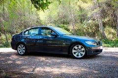 在山路的BMW 3系列E90 330i闪耀的石墨 图库摄影