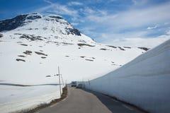 在山路附近的雪墙壁 免版税库存照片